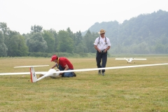 Cuccolo controlla il modello prima del decollo